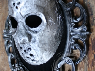 This mask is inspired by the Harry Potter novels and movie series and is a wearable piece similar to the masks of Voldemorte's followers, the Deatheaters.
